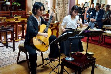 二胡奏者の橘雅子さんとクラシックギター奏者の北田奈津子さん